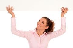 blank affärskvinnaholdingaffisch royaltyfri bild