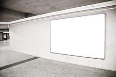 Blank affischtavla i korridor arkivbilder