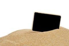 Blank blackboard på sanden Arkivfoto