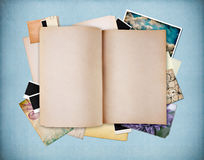 Blank den gammala texturerade anteckningsboken på blått tappningpapper Royaltyfria Foton