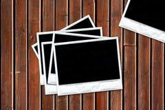 blank grupp för bakgrund som är gammal över wood polaroids Royaltyfri Foto