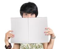 blank holdingtidskriftkvinna royaltyfria foton