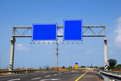blank huvudväg nära roadsign Royaltyfria Foton