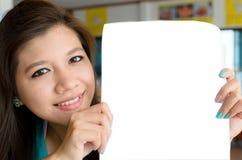blank kvinna för show för affärspapper Royaltyfri Foto