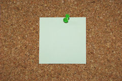 Blank note. A cork bulletin board with a blank note for your text Royalty Free Stock Photo
