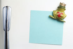 Blank note on fifties fridge-door, close-up of frog with crown h. Olding a heart magnet Stock Photography