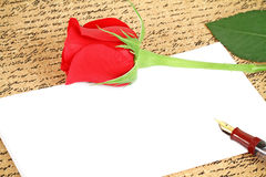 Red rose with a blank note Royalty Free Stock Images