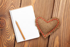 Blank notepad for copy space and vintage handmaded valentines da Stock Photos