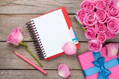 Blank notepad and gift box full of pink roses Royalty Free Stock Photography