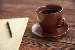 Blank notepad on a wooden table Royalty Free Stock Photos