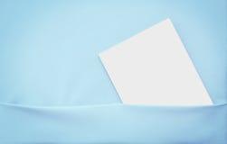 Blank papper-bok i blå hylla. Royaltyfria Bilder