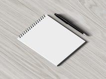 blank penna för anmärkningspapper på wood bakgrund arkivfoton