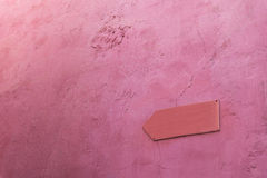 The blank pink arrow sign on the pink wall Stock Images