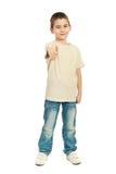 blank pojke som ger tum för skjorta t Royaltyfri Bild