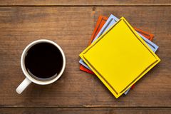 Blank reminder note with a cup of coffee Royalty Free Stock Photos