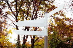 blank riktningssignpost Arkivbilder