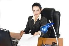 blank sida för affärskvinnaavtalsholding arkivfoton