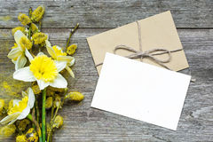 Blank white greeting card and envelope with daffodil flowers and Royalty Free Stock Photos