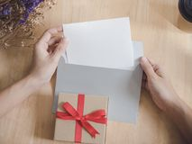 Blank white greeting card with envelope and gift box. for mockup Royalty Free Stock Photos