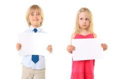 blanka blonda brädebarn som rymmer tecknet ungt Fotografering för Bildbyråer