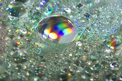 Blanka färgrika droppar av vatten Fotografering för Bildbyråer