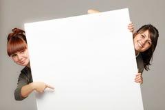 blanka flickor för baner som rymmer två Royaltyfria Foton
