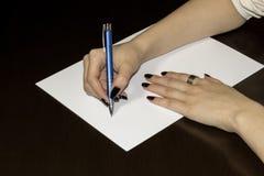 blanka klara händer paper skriva för kvinnor för s vitt Royaltyfri Foto