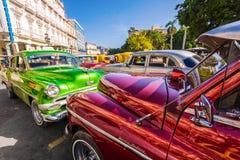 Blanka klassiska tappningbilar parkerade i gammala Havana Royaltyfri Bild