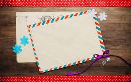 Blanka kuvert på trätabellen Fotografering för Bildbyråer