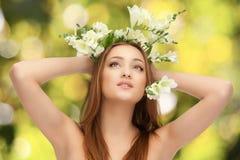 Blanke Frau auf grünem Hintergrund mit Blumen Lizenzfreies Stockbild