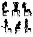 Blanke Frau mit einem Stuhl. Stockbilder