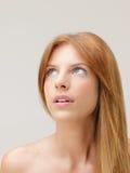 Blanke Schultern der schönen Frau, die oben schauen Stockfotos