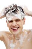Blanker Mann mit Shampoo über Haar Stockfoto