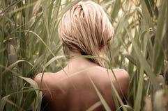 Blankes Mädchen in den Stöcken Stockfotos