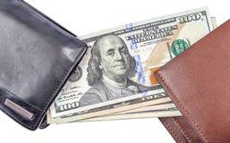 100 blanknotes доллара были перенесены от старое черное wal Стоковые Фото