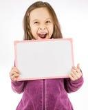 blankt barn för flickaholdingtecken Arkivfoto