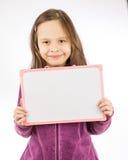 blankt barn för flickaholdingtecken Arkivbild