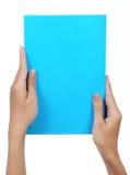 blankt blått papper för kvinnlighandholding Royaltyfri Foto