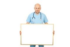 blankt doktorsholdingplakat fotografering för bildbyråer