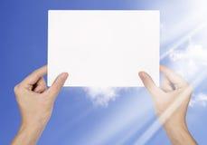 blankt papper för affärsmanhandholding Royaltyfri Bild