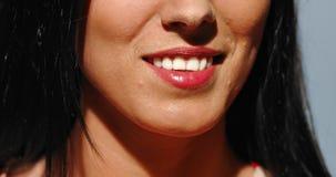 Blanquear los dientes en sonrisa almacen de video