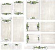 Blanquee el fondo de madera del tablero con el papel del vintage embellecido con los acentos florales de papel del tapetito y del Fotos de archivo