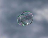 Blase, die in den Himmel schwimmt Lizenzfreie Stockfotografie