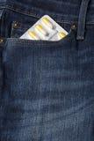 Blase von Pillen in der Jeanstasche Lizenzfreie Stockbilder