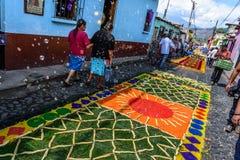 Blasen brennen über bunten geliehenen Teppichen, Antigua, Guatemala durch Stockfoto