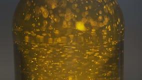 Blasen, die in die erstaunliche tiefe strukturierte orange Flüssigkeit schwimmen stock video