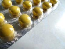 Blasen-Pillen-Satz gelbe Tablets stockfoto