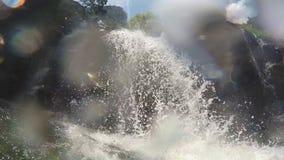 Blasen und Wasser fällt vom Wasserfall, der die Kamera in Ella, Sri Lanka bedeckt stock video