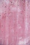 Blasenförmige raue holey poröse befleckte rosa magentarote Wandnahaufnahme Lizenzfreies Stockfoto