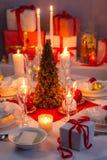 Blask świecy, opłatek i prezenty na boże narodzenie stole, zdjęcie stock